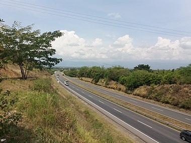 Freeway of route 25, Valle del Cauca. In 2014 there were 2,279 kilometers of dual carriageway highways in Colombia. Ruta 25, entre Tulua-Andalucia, Colombia.jpg