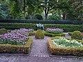 Schlosspark-Bellevue Fuchsiengarten Knabe-mit-Pony 1.jpg