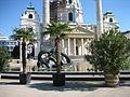 """Skulptur """"hill arches"""" von Henry Moore im Brunnen vor der Karlskirche Wien.JPG"""