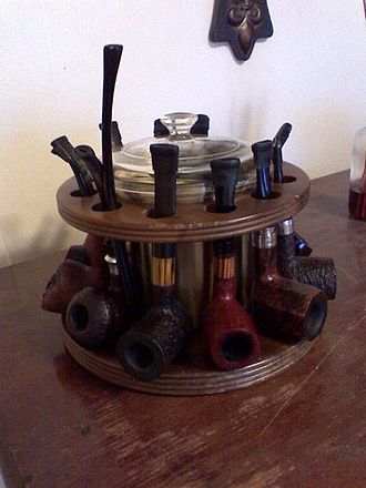 Tobacco pipe - A selection of various pipes on a circular pipe rack