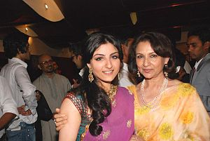Sharmila Tagore - Tagore with her daughter Soha at the premiere of Khoya Khoya Chand