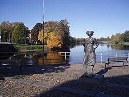 Klarelvens vestlige elvarm i elvens delta i Karlstad (med statuen Sola i Karlstad fremfører).