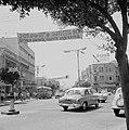 Stadsverkeer op een weg, boven de weg hangen spandoeken, Bestanddeelnr 255-1772.jpg