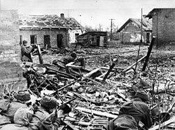 Советские солдаты ведут бои на