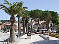 Statue de Maillol, palmiers et pins parasols ornent le front de mer de banyuls.jpg