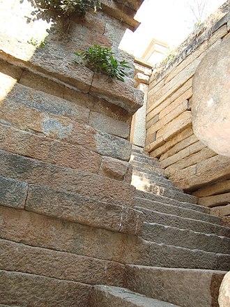 Lakshmeshwara - Image: Steep steps of the Kalyani in the Someshwara temple at Lakshmeshwara