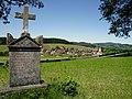 Stiefenhofen Pestfriedhof, Gedenkstein mit Ort.jpg