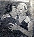 Suzanne Berlioux embrassant sa fille Monique à Neptuna en avril 1943, après son record de France du 100 m dos.jpg