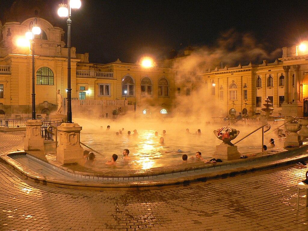 > Budapest : Bains Széchenyi à la nuit tombée - Photo de Neef - 2.