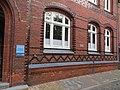 Tafel an der Propstei Flensburg, Hier lebte Beate Uhse von 1948-1961, Bild 01.jpg