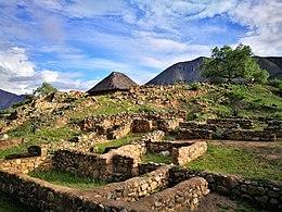 Templo Blanco de Kotosh amb l'edifici del Templo de las Manos darrera06.jpg