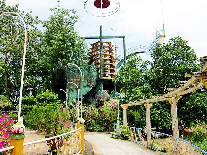 File:Tháp hành đạo của Đạo Dừa.jpg