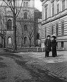 Trefort kert, Kürthy György és Vízváry Mariska színművészek. Balra a Nemzeti Színház (Rákóczi út 3.) hátsó frontja. Fortepan 55659.jpg