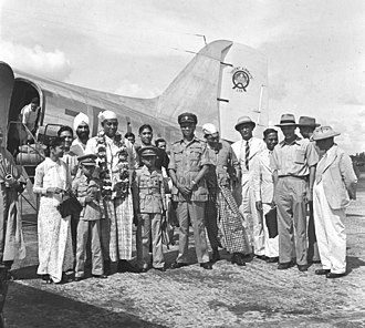 Pakistan International Airlines - Passengers and bystanders with an Orient Airways Douglas DC-3 on the occasion of the arrival of the Burmese High Commissioner to India at Calcutta, circa 1947