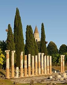 Il foro di Aquileia, sullo sfondo il campanile della basilica