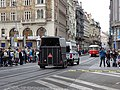 Václavské náměstí, městská policie - přívěs s koňmi.jpg