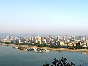 Yichang skyline at the دریائے یانگزے