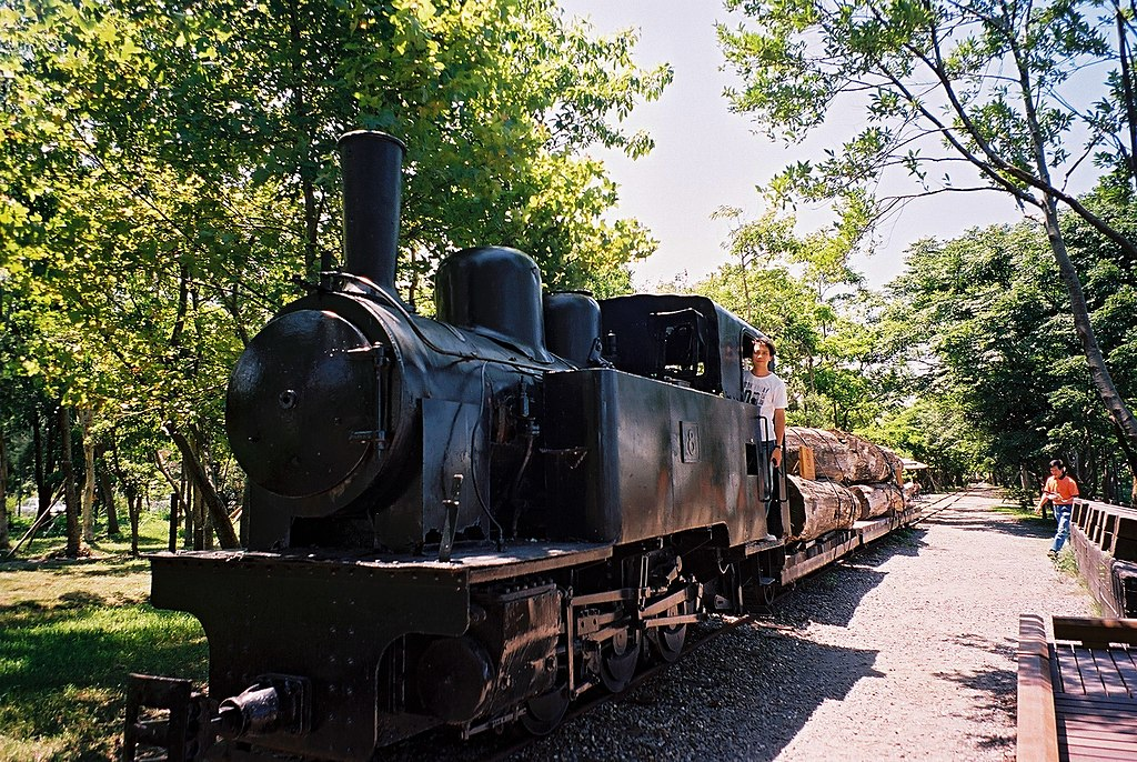 https://upload.wikimedia.org/wikipedia/commons/thumb/9/96/Yilan_Forest_Railway_Train_01.jpg/1024px-Yilan_Forest_Railway_Train_01.jpg
