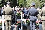 Złożenie wieńców przez Jarosława Kaczyńskiego z delegacją na grobach Ofiar Tragedii Smoleńskiej.jpg