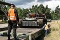 Załadunek czołgów PT-96 Twardy na platformę kolejową.jpg