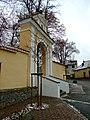 Římov, brána do kostelního areálu.jpg