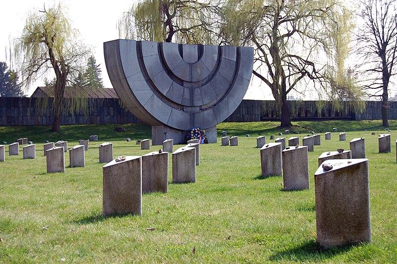Soubor:Židovský hřbitov v Terezíně 2009 04.JPG
