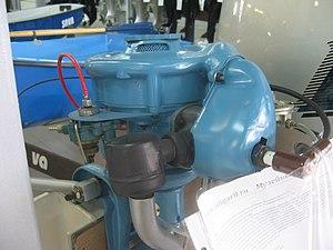 Кама (лодочный мотор) вид на двигатель.JPG