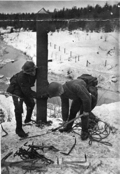 File:Советские-солдаты-выкапывают-столб- на-погранзаставе-Майнила-1939.jpg