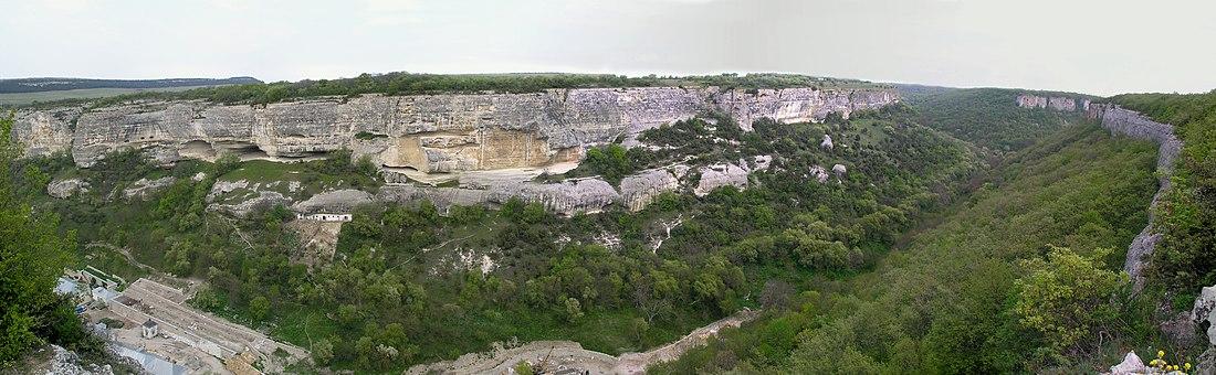 Панорама ущелья Марьям-Дере (внизу видно современное строительство по расширению монастыря)