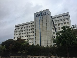 התקנת לוגו אוניברסיטת תל אביב החדש על בניין נפתלי