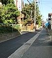 道の真ん中に排水溝 - panoramio.jpg