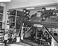 100 jaar technisch onderwijs in Amsterdam, leerling loodgieters op een dak bezig, Bestanddeelnr 911-9642.jpg
