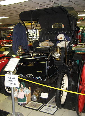 Knox Automobile Company - 1901 Knox Runabout on display in Tallahassee Automobile Museum. This model has a one-cylinder 5 hp (3.7 kW) air-cooled engine.