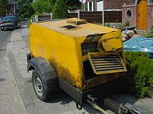 Un compressore stradale utilizzato per alimentare un martello pneumatico