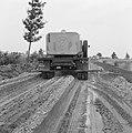 Aanleg en verbeteren van wegen, dijken en spaarbekken, landbouwwegen, zandbed be, Bestanddeelnr 161-0775.jpg