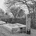 Aanzicht grafzerk op kerkhof van in 1824 afgebroken kerk - Scharmer - 20364942 - RCE.jpg