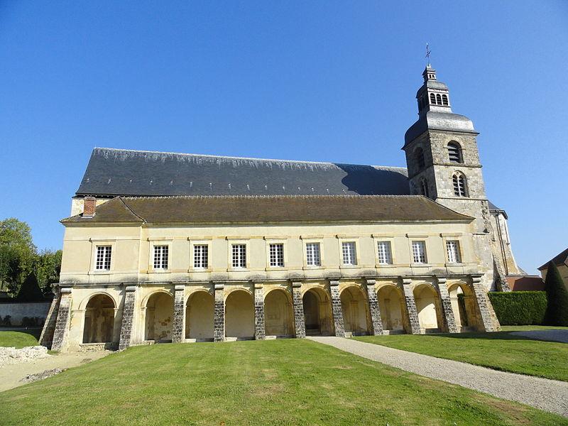 Vue de l'ancienne abbaye d'Hautvillers: le cloître et l'église abbatiale.