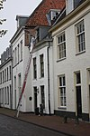 foto van Gepleisterd eenvoudig woonhuis