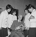 Anne Frankreis voor vier Japanse meisjes, de heer Otto Frank met een der Japan, Bestanddeelnr 917-5681.jpg