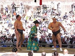 Hakuhō Shō - Hakuhō fights Asashōryū in an exhibition bout on April 10, 2009.