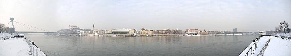 Panoramo de Bratislavo el Kajo de Tyrš