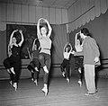 Balletdansers trainen en krijgen les in een oefenruimte, Bestanddeelnr 252-9197.jpg