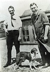 Charles Best (a sinistra) e Sir Frederick Banting (a destra) insieme a uno dei loro celebri cani