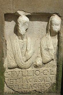 Iscrizione funeraria del I sec. d.C., relativa alla sepoltura di una coppia di liberti[9]