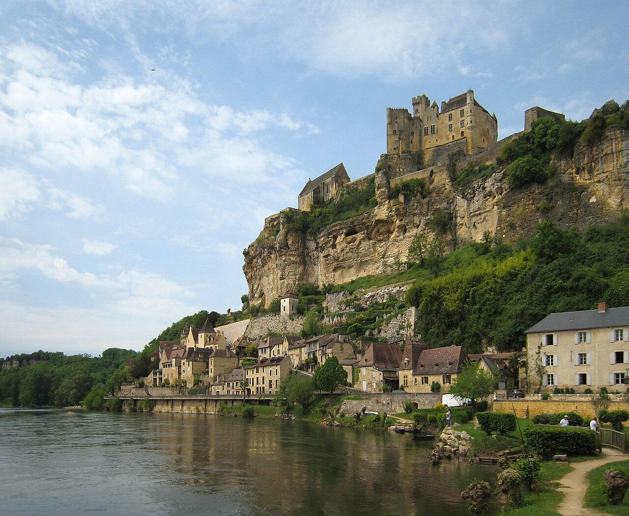 Beynac et son château par la rivière Dordogne