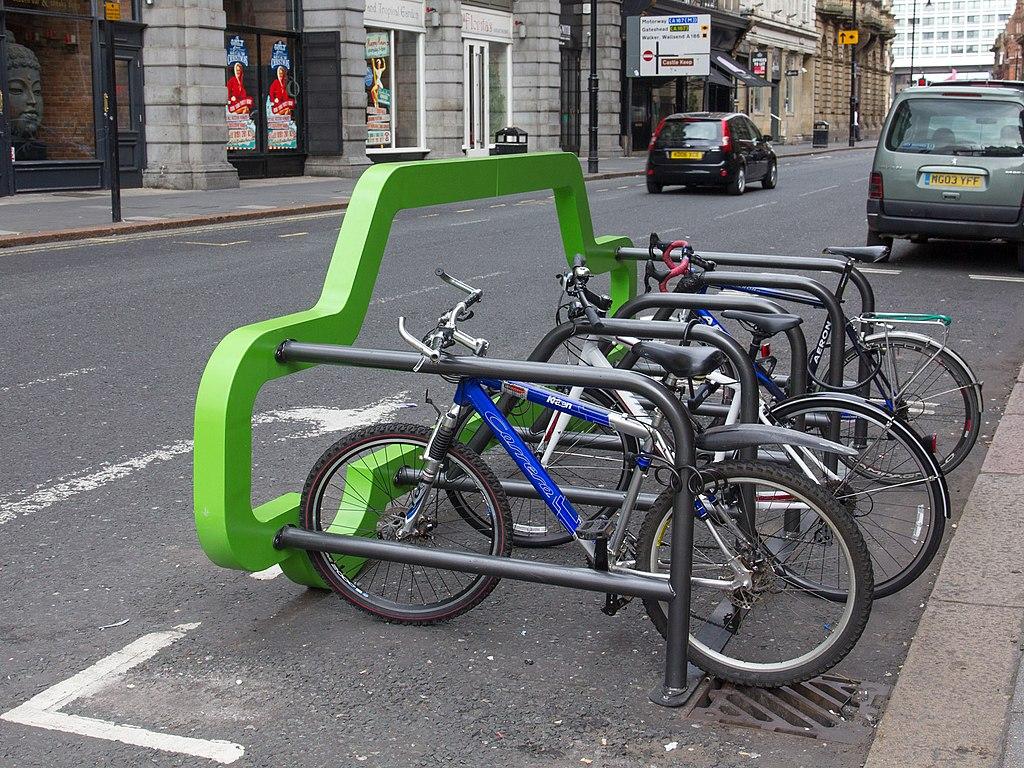 Port rowerowy na Collingwood Street w Londynie. Foto: David P Howard commons.wikimedia.org
