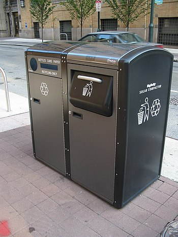 English: BigBelly solar trash compactor and re...