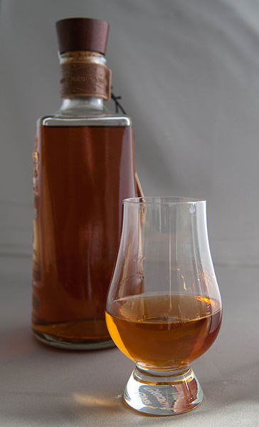 File:Bourbon Whiskey glass and bottle 08.09.2015 13-20-57.jpg