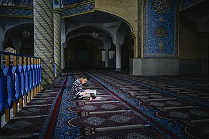 Un jeune musulman en train de lire dans la mosquée Dar ul-Ihsan de Sanandaj. (définition réelle 3200×2133)