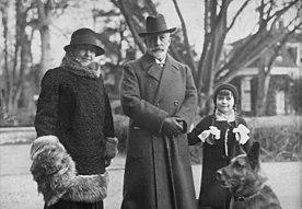 Prinzessin Henriette, ihre Mutter Hermine und ihr Stiefvater Kaiser Wilhelm II., März 1931.